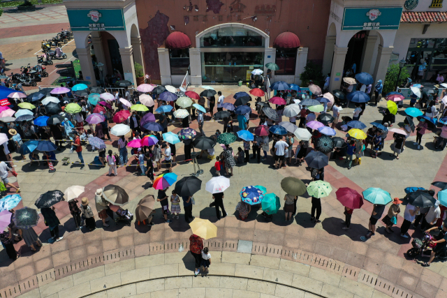 21일 중국 장쑤성 난징 시민들이 코로나19 진단검사를 받기 위해 한 검사소 앞에 길게 줄을 서 있다. /신화연합뉴스