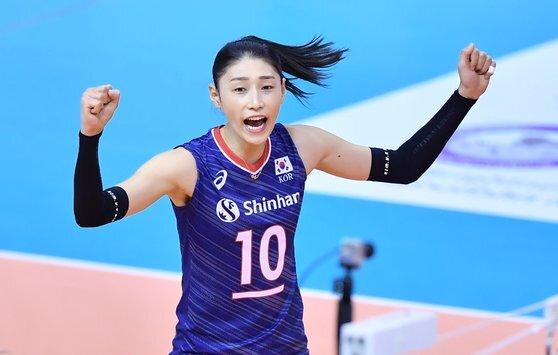 (서울=뉴스1) = 8일 여자배구대표팀 김연경이 태국 나콘라차시마에서 열린 아시아대륙 예선 B조 두번째 경기인 이란과의 경기에서 득점 성공 후 환호하고 있다.  여자배구대표팀은 이란과의 경기에서 세트스코어 3-0으로 승리해 2연승을 거두고 준결승 진출을 확정했다. (FIVB 제공) 2020.1.8/뉴스1