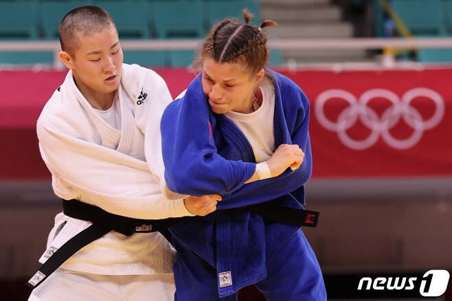 한국의 강유정이 도쿄 올림픽 여자 유도 48㎏급 1회전에서 슬로베니아의 마루사 스탕가르의 벽을 넘지 못했다. © AFP=뉴스1