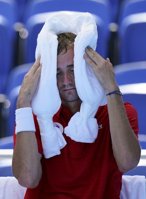 세계적인 테니스 스타 다닐 메드베데프(러시아)가 지난 24일 일본 도쿄 고토구 아리아케 경기장에서 열린 도쿄올림픽 남자 테니스 단식 1차전에 출전, 경기 도중 쉬는 시간에 더위에 지친 모습으로 아이스팩을 두르고 있다. AP뉴시스