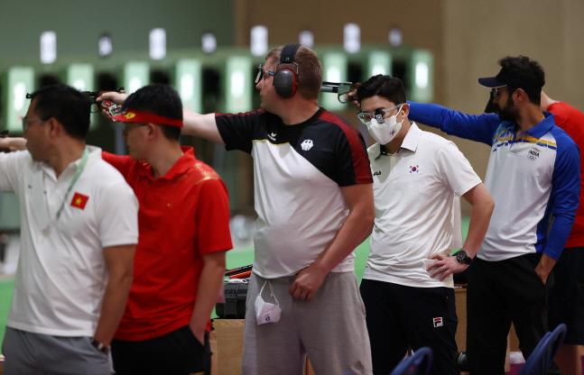 지난 24일 도쿄 아사카 사격장에서 열린 도쿄올림픽 남자 10m 공기권총 예선에서 한국 진종오가 마스크를 쓴 채 경기를 펼치고 있다. 도쿄 | 연합뉴스