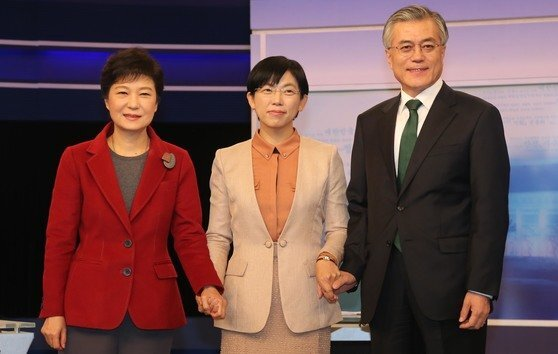 2012년 12월 10일 당시 박근혜 새누리당 후보, 문재인 민주통합당 후보, 이정희(가운데) 통합진보당 후보가 대선 TV 토론에 앞서 기념촬영을 하고 있는 모습. 중앙포토