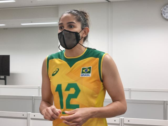 지난 25일 한국과의 도쿄올림픽 A조 1차전 경기가 끝난 뒤 믹스트존에서 기자들과 만난 브라질의 레프트 나탈리아 페레이라. 도쿄=이동환 기자