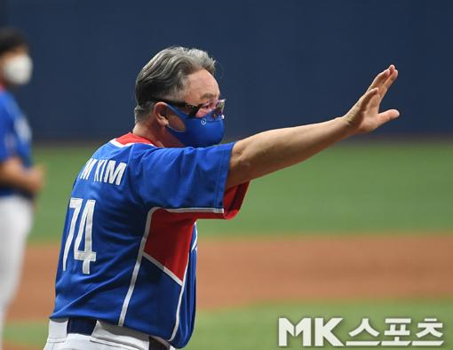 키움 선수단에 고마움을 전하는 김경문 감독.