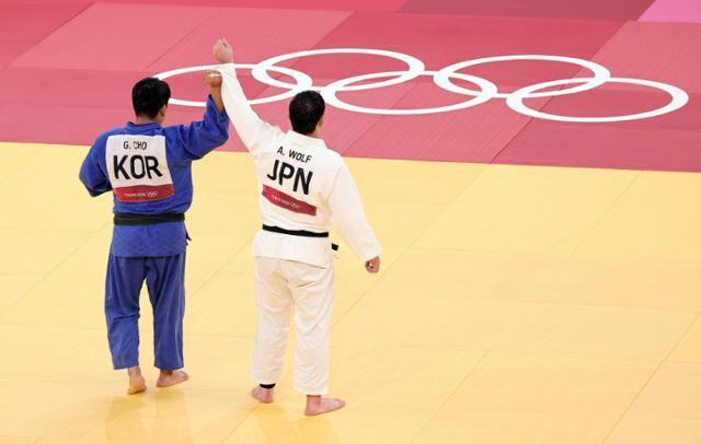 한국의 조구함(왼쪽)이 29일 일본무도관에서 2020 도쿄올림픽 유도 남자 100kg 이하급 결승 경기에서 일본 에런 울프에 패한 뒤 손을 들어주고 있다. 도쿄=연합뉴스