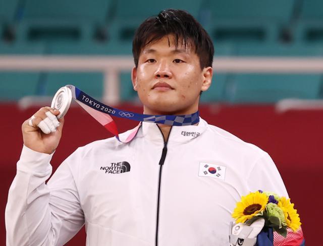 은메달을 획득한 조구함이 29일 일본 도쿄 무도관에서 열린 도쿄올림픽 유도 남자 -100kg급 시상식에서 메달을 들어보이고 있다. 도쿄=연합뉴스
