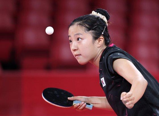 신유빈이 27일 도쿄체육관에서 열린 도쿄올림픽 여자탁구 개인전 홍콩 두 호이 켐과 경기에서 서브를 넣고 있다. 연합뉴스