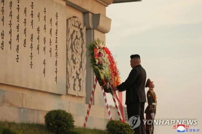 김정은 북한 국무위원장이 6·25 전쟁 정전협정 체결 기념일('전승절') 68주년을 맞아 28일 우의탑에 헌화했다고 조선중앙통신이 29일 보도했다. 2021.7.29
