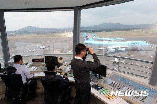 대한항공에 입사한 조종사들은 민항기 적응 훈련장인 정석 비행장에서 항공기 계기 작동법을 비롯한 시뮬레이터 훈련, 비행실습 등 100여 시간의 훈련을 받게 된다. 2017.04.07. [뉴시스]