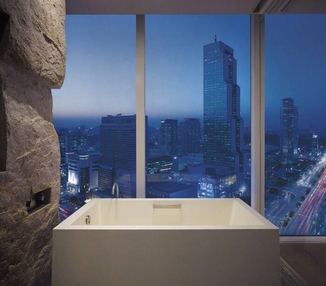 호텔 욕실의 욕조. 보디클렌저를 활용하면 배스밤이 없어도 거품 목욕을 즐길 수 있다. 파크하얏트 서울 제공