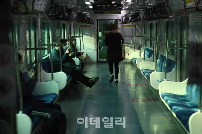 서울 1호선 지하철이 한산한 모습을 보이고 있다. (사진=노진환 기자)