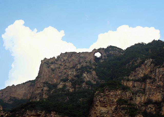 비호욕 능선의 동굴. ⓒ최종명