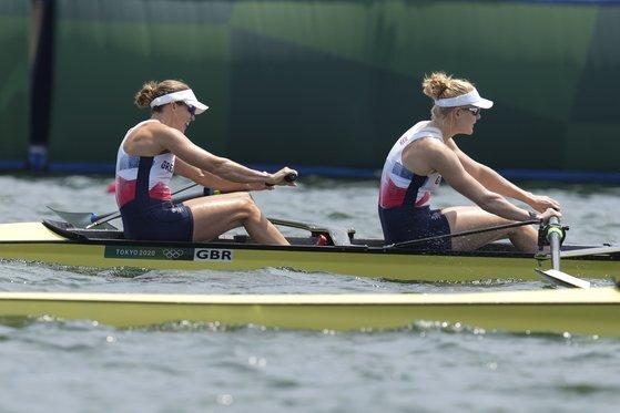 헬렌 글로버와 폴리 스완이 지난 28일 도쿄 올림픽 여자 조정 페어 준결승에 출전했다. [AP=연합뉴스]