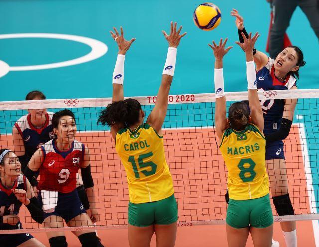 25일 도쿄 아리아케 경기장에서 열린 도쿄올림픽 여자 배구 한국과 브라질의 경기에서 한국 김연경이 공격을 하고 있다. 연합뉴스