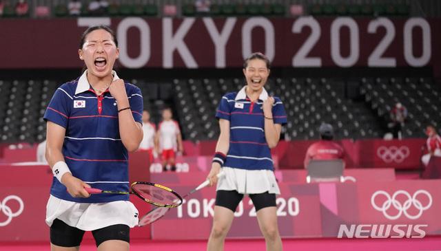 [도쿄=AP/뉴시스] 김소영-공희용 조(5위)가 29일 일본 도쿄 무사시노노모리 종합 스포츠플라자에서 열린 2020 도쿄올림픽 배드민턴 여자 복식 8강전 마쓰모토 마유-나가하라 와카나 조(2위·일본)와 경기 중 득점하며 기뻐하고 있다. 김소영-공희용은 일본을 세트 스코어 2-1(21-14 14-21 28-26)로 물리치고 4강에 올랐다. 2021.07.29.