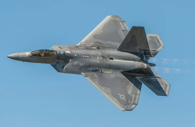 미 공군 F-22 전투기가 훈련을 위해 비행하고 있다. 미 공군 제공