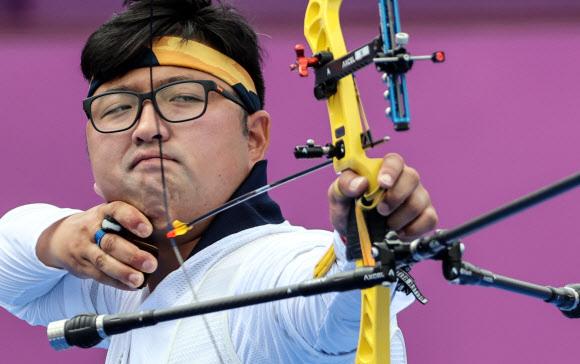 양궁 국가대표 김우진이 31일 일본 유메노시마 공원 양궁장에서 열린 도쿄올림픽 남자 양궁 개인전 16강 카이룰 모하마드(말레이시아)와의 경기에서 활시위를 당기고 있다. 2021.7.31 연합뉴스