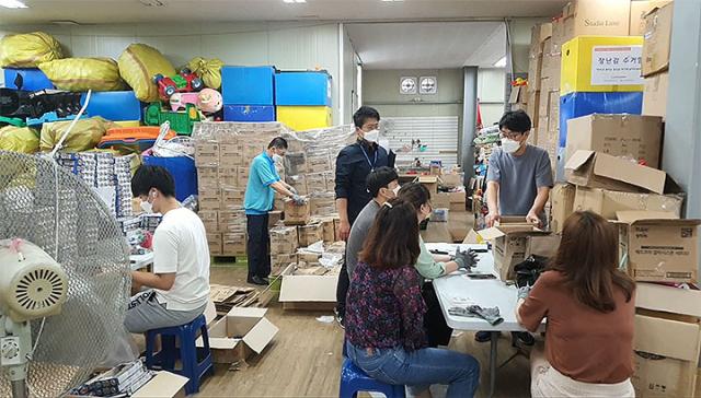 자원활동을 하러 오신 분들이 박준성 사무총장님의 설명을 듣고 있네요. 교육프로그램 쓸모에서 만든 다양한 장난감들이에요.