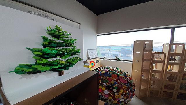 기부받은 장난감 중 재사용이 어려운 것들은 분해를 하죠. 색깔별로 분해해서 '쓸모' 교육프로그램의 실습재료로 사용해요. 색깔은 비슷한데 전혀 다른 모양의 플라스틱 조각을 모아서 나무도 만들었어요. 창문 앞 진열대에 세상에 하나 뿐인 장난감들이 쭉 전시돼 있어요.