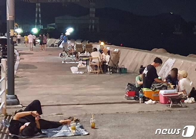 31일 오후 9시 부산 사하구 두송방파제에 일대에 야영객들이 즐비해 있다.2021.7.31/© 뉴스1 노경민 기자