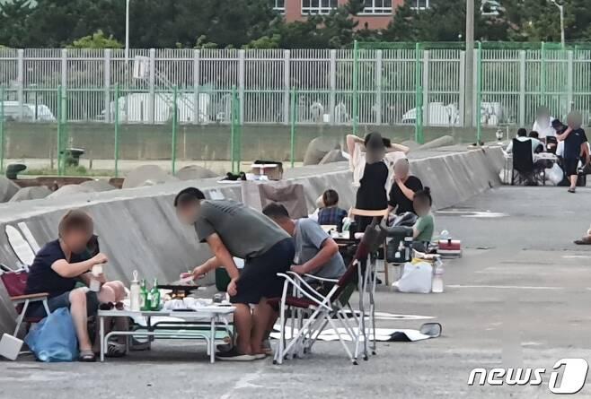 31일 오후 사하구 두송방파제에 음주 및 취사를 하는 야영객들이 몰려 있다.2021.7.31/© 뉴스1 노경민 기자