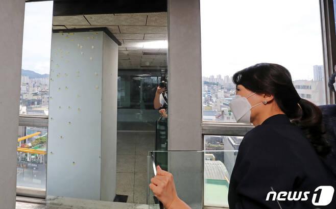 더불어민주당 대권 주자인 이재명 경기도지사의 부인 김혜경씨가 29일 오후 광주 동구 전일빌딩 245 10층을 찾아 5·18 민주화운동 당시 건물이 남은 탄흔을 지켜보고 있다. 김씨는 이날 시민군 출신 택시운전사 한진수씨의 5·18 택시를 타고 금남로와 전일245빌딩, 메이홀을 거쳐 전남대에서 '청년, 찾다-하다'를 주제로 간담회 일정을 소화한다.2021.7.29/뉴스1 © News1 황희규 기자