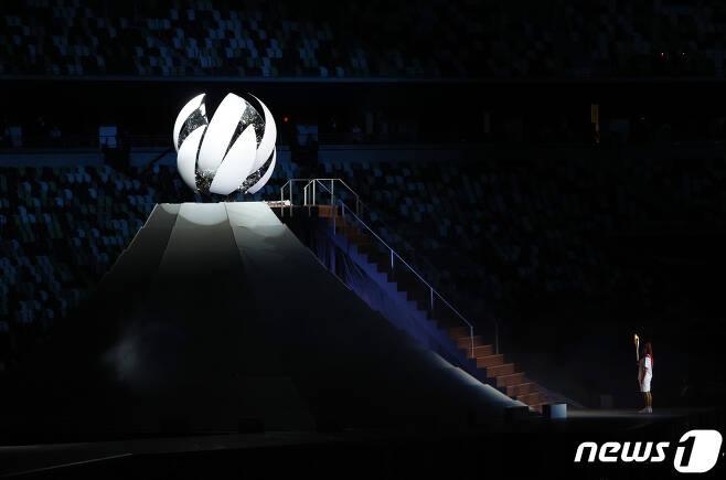 지난달 24일 도쿄올림픽 개막식에서 일본의 테니스 선수 오사카 나오미가 성화 봉송을 하고 있다. © News1 이재명 기자