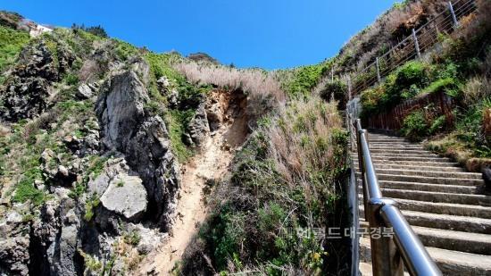 지난달 13일 죽도  선착장 인근에서는  수십 톤의 토사와 암벽이 무너져내린 현장 (죽도주민 김유곤씨 제공)