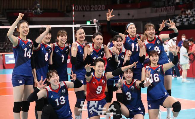여자배구 대표팀이 31일 오후 일본 도쿄 아리아케 아레나에서 열린 2020 도쿄올림픽 여자 배구 A조 4차전 일본과 경기에서 승리를 결정 지은 뒤 환호하고 있다. 올림픽사진공동취재단