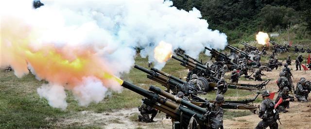 육군 6사단 포병연대 105mm 견인포 사격 훈련. 국방부 제공