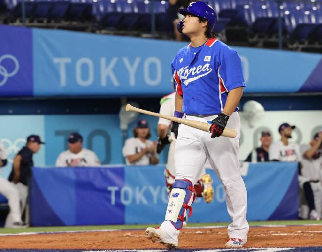 야구 대표팀 강백호가 지난 7월31일 도쿄올림픽 조별리그 미국전에서 삼진을 당한 뒤 더그아웃으로 돌아가고 있다. 연합뉴스
