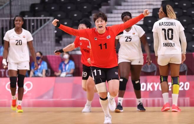 2일 일본 요요기 국립경기장에서 열린 도쿄올림픽 여자 핸드볼 A조 조별리그 한국과 앙골라의 경기에서 류은희가 동점골을 넣고 환호하고 있다.  연합뉴스