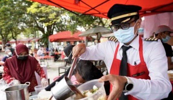 코로나 사태로 실직한 말레이시아의 한 파일럿이 기장 복장으로 노점을 운영하고 있다. /AP연합뉴스