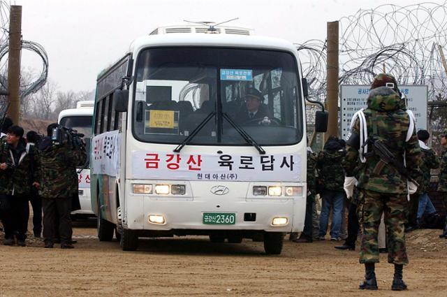 2003년 2월 5일 강원 고성에서 금강산육로관광 사전답사를 위한 차량이 대기 중이다. 고성=홍인기 기자