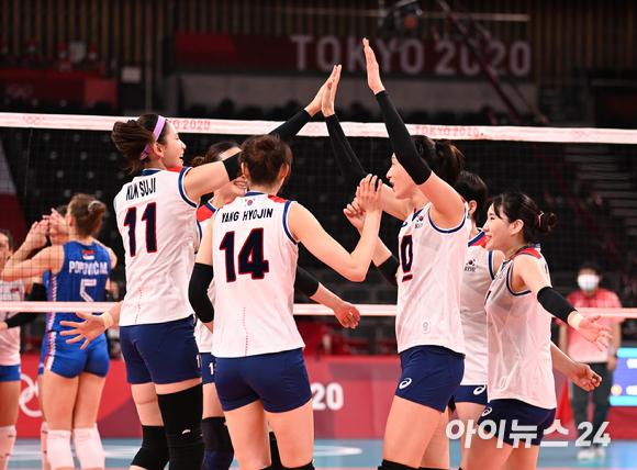 한국 여자 배구대표팀이 2일 일본 도쿄 아리아케 아레나에서 열린 '2020 도쿄올림픽' 여자배구 예선 A조 세르비아와 대한민국의 경기에서 득점을 한 후 기뻐하고 있다.