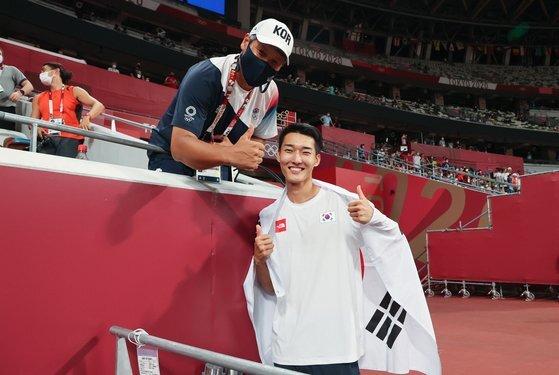 경기 뒤 엄지를 치켜세운 우상혁(오른쪽)과 김도균 코치. [연합뉴스]