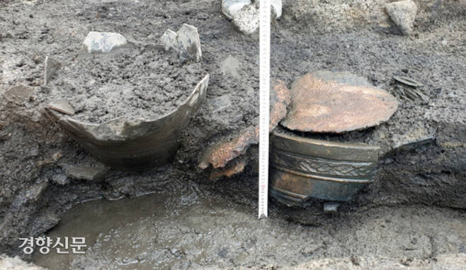 발굴 당시 항아리 모습. 한글 금속활자는 항아리 안, 동종 등은 항아리 밖에 묻혔다. 수도문물연구원 제공