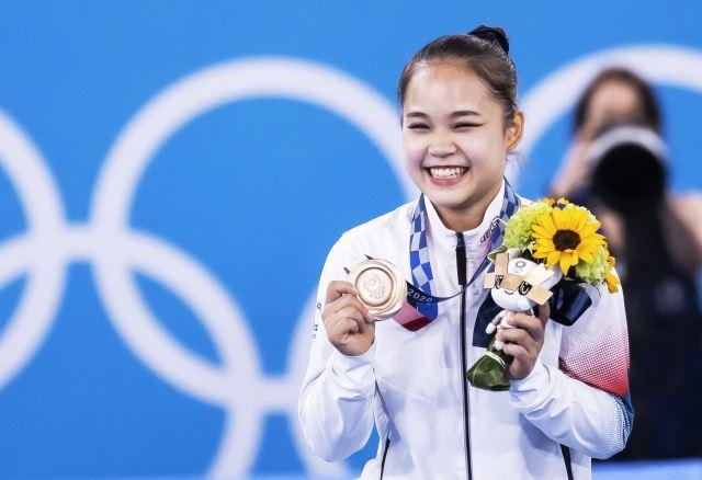 1일 일본 도쿄 아리아케 체조경기장에서 열린 기계체조 여자 개인종목 도마에서 여서정 선수가 시상식에서 동메달을 들고 활짝 웃고 있다.도쿄=김지훈 기자