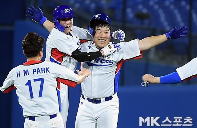 지난 2일 도미니카공화국과의 경기에서 9회말 끝내기 안타를 기록한 야구대표팀 김현수(오른쪽). 사진(일본 요코하마)=천정환 기자