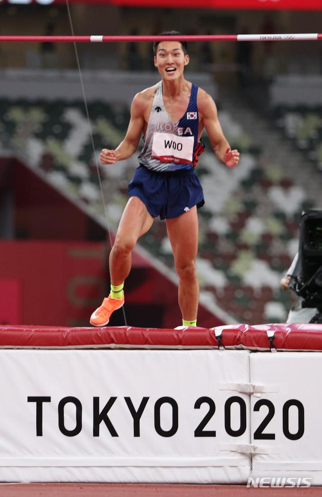 [도쿄(일본)=뉴시스] 이영환 기자 = 육상 국가대표 우상혁이 1일 오후 도쿄 올림픽스타디움에서 열린 2020 도쿄올림픽 남자 높이뛰기 결승전 경기에서 2.35 1차시기를 성공하고 있다. 2021.08.01. 20hwan@newsis.com