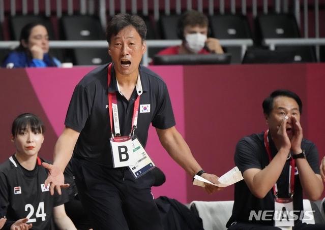 [도쿄=AP/뉴시스]여자핸드볼 강재원 감독