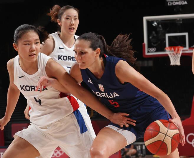 1일 일본 사이타마 아레나에서 열린 도쿄올림픽 여자농구 조별리그 A조 3차전 한국과 세르비아의 경기에서 한국 박지현이 세르비아의 공격을 막아내고 있다. 연합뉴스