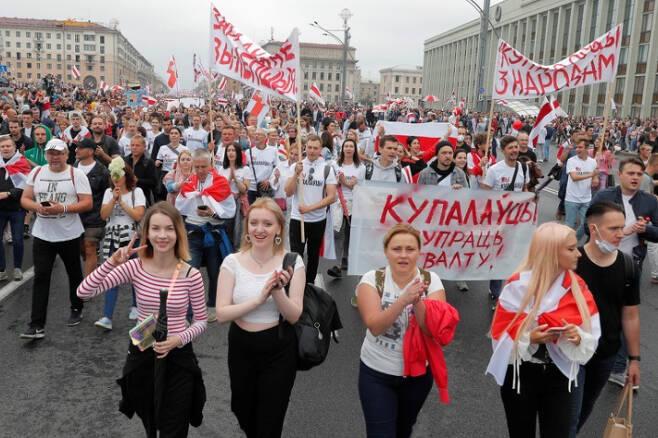 벨라루스 루카셴코 대통령 퇴진을 요구하는 현지 시민들이 지난해 8월 민스크 시내 독립광장에 모여 대선 불복 시위를 벌이고 있다. 연합뉴스