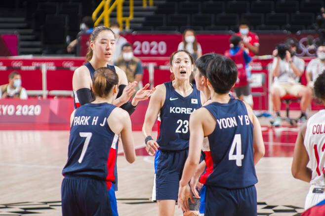 한국 여자농구 선수들이 지난달 29일 일본 사이타마 슈퍼아레나에서 열린 이번 대회 가장 어려웠던 캐나다전에서 서로 격려하는 모습. 사이타마 류재민 기자 phoem@seoul.co.kr
