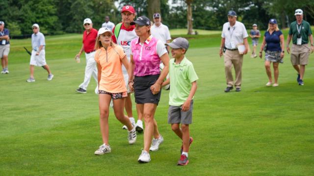 안니카 소렌스탐이 딸 아바와 아들 윌의 손을 잡고 18번 홀 페어웨이를 걸어가고 있는 모습. /사진=USGA 홈페이지