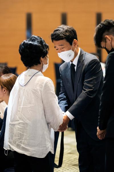 7월10일 고 이주현씨의 어머니와 대화하고 있는 김완중 외교부 기조실장(오른쪽).ⓒ시사IN 조남진