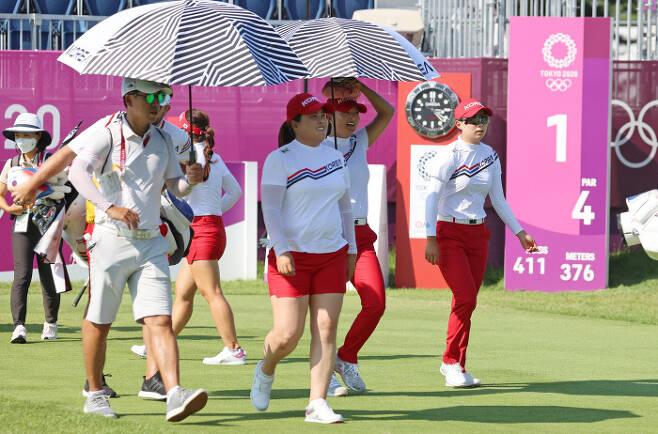 박인비(가운데)를 비롯한 올림픽 골프 한국 여자 대표팀이 1일 일본 가스미가세키 컨트리클럽에서 코스를 돌아보고 있다. 도쿄 ㅣ연합뉴스