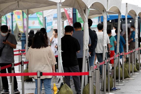 코로나19 국내 누적 확진자 20만명 넘어서 - 2일 오전 서울 중구 서울역 광장에 마련된 신종 코로나바이러스 감염증(코로나19) 임시 선별진료소에서 시민들이 진단검사 순서를 기다리고 있다. 중앙방역대책본부는 코로나19 확진자 수가 연일 1천명대를 나타내면서 국내 누적 확진자가 20만명을 넘어섰다고 밝혔다. 2021.8.2 연합뉴스