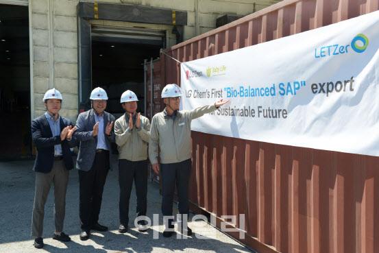 LG화학 임직원들이 여수공장에서 Bio-balanced SAP의 첫 출하를 기념하고 있다. (사진=LG화학)