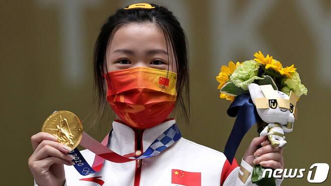 24일 도쿄 올림픽 첫 금메달리스트인 중국의 사격 선수 양첸. © 로이터=뉴스1 © News1 박형기 기자